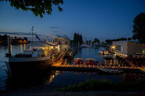 Une nuit romantique… sur l'eau