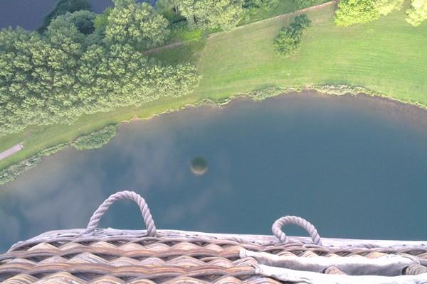 Vol en ballon romantique au lever du soleil